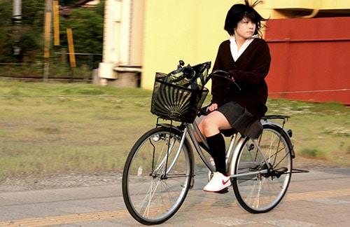 Studentessa Giapponese in bicicletta